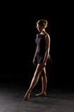 Ballerina auf schwarzem Hintergrund stockbild