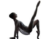 Ballerina-Balletttänzer der jungen Frau, der silho aufwärmend ausdehnt Lizenzfreie Stockfotografie