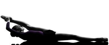 Ballerina-Balletttänzerausdehnen der jungen Frau Stockbild