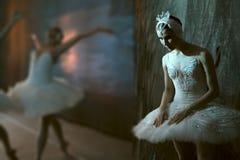 Ballerina bevindende coulisse alvorens op stadium te gaan Royalty-vrije Stock Afbeeldingen