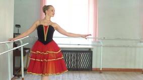 Ballerina bij de Staaf stock videobeelden