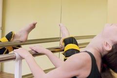 Ballerina che allunga alla sbarra Fotografia Stock Libera da Diritti