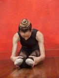 Ballerina che allunga le sue gambe nello studio di ballo Immagine Stock Libera da Diritti