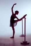 Ballerina che allunga sulla barra Fotografie Stock