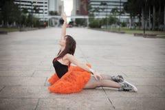 Ballerina che allunga in una posa del cigno Immagini Stock Libere da Diritti