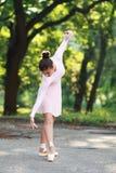 Ballerina che balla all'aperto immagini stock libere da diritti