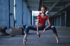 Ballerina che balla con la tazza di caffè Prestazione della via fotografia stock