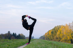 Ballerina che balla e che allunga all'aperto il giorno soleggiato di autunno Fotografie Stock