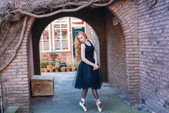 Ballerina che balla sulla via fotografia stock