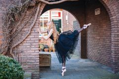 Ballerina che balla sulla via fotografie stock libere da diritti