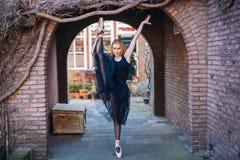 Ballerina che balla sulla via fotografia stock libera da diritti