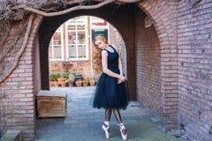 Ballerina che balla sulla via immagini stock libere da diritti