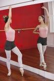Ballerina che esegue mentre esaminando auto in specchio Fotografie Stock Libere da Diritti