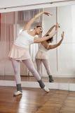 Ballerina che esegue nello studio di addestramento Fotografie Stock Libere da Diritti