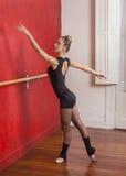 Ballerina che esegue nello studio di balletto Fotografie Stock Libere da Diritti