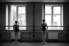 Ballerina che fa allungamento nel corridoio di ballo immagini stock