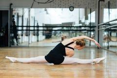 Ballerina che fa allungando gli esercizi Fotografia Stock Libera da Diritti
