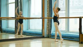 Ballerina che fa exercise rond de jamb archivi video
