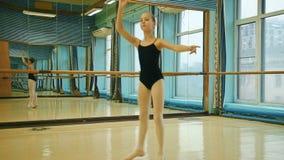 Ballerina che fa il valzer di esercizio video d archivio