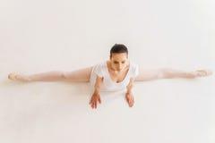 Ballerina che fa le spaccature Fotografia Stock