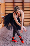 Ballerina che indossa ballo nero del tutu nel corridoio di addestramento Fotografia Stock Libera da Diritti