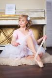 Ballerina che lega le scarpe di Pointe Immagine Stock Libera da Diritti