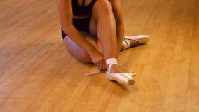Ballerina che mette sulle sue scarpe di balletto archivi video