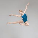 Ballerina che posa nel salto Immagine Stock Libera da Diritti