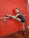 Ballerina che pratica al balletto Antivari in studio Fotografia Stock