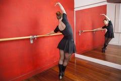 Ballerina che pratica in Front Of Mirror At Studio Immagini Stock