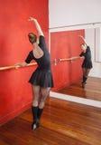 Ballerina che pratica in Front Of Mirror At Studio Fotografia Stock Libera da Diritti