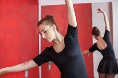 Ballerina che prova nello studio di ballo immagine stock libera da diritti