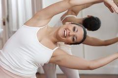 Ballerina che sorride mentre eseguendo nello studio Fotografia Stock Libera da Diritti