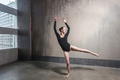 Ballerina classica Donna di talento che balla vicino alla finestra immagini stock