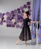 Ballerina in corridoio di formazione immagine stock libera da diritti