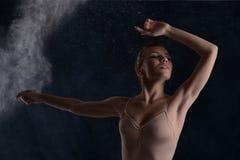 Ballerina dansar på en mörk bakgrund royaltyfria bilder