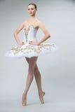 Ballerina in de studio royalty-vrije stock afbeeldingen