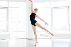 Ballerina della donna che balla con garbo nello studio di ballo Fotografie Stock Libere da Diritti