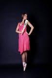 Ballerina in den Ballettschuhen mit Gebläse in der Hand Stockfotografie