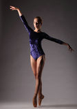 Ballerina in der blauen Ausstattung, die auf Zehen, Atelieraufnahme aufwirft Lizenzfreie Stockfotografie