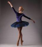 Ballerina in der blauen Ausstattung, die auf Zehen, Atelieraufnahme aufwirft Lizenzfreie Stockfotos