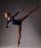 Ballerina in der blauen Ausstattung, die auf Zehen, Atelieraufnahme aufwirft Auf einem Bein Lizenzfreies Stockbild