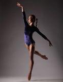 Ballerina in der blauen Ausstattung, die auf Zehen, Studiohintergrund aufwirft Lizenzfreie Stockbilder