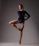 Ballerina in der blauen Ausstattung, Studiohintergrund Lizenzfreies Stockbild