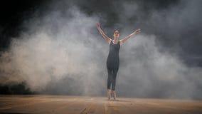 Ballerina di dancing in vestito di seta beige e pointe sull'argine sopra la spiaggia del mare o dell'oceano ad alba Giovane bello video d archivio