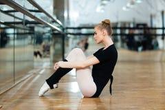 Ballerina, die auf dem Boden stillsteht Lizenzfreie Stockfotografie