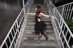 Ballerina, die auf einem Treppenhaus aufwirft Lizenzfreie Stockbilder
