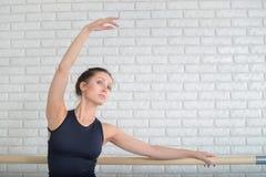 Ballerina die bij balletstudio dichtbij staaf, close-upportret dansen stock afbeeldingen