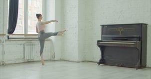 Ballerina, die dedans Übung am Barre durchführt stock footage