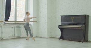 Ballerina, die demi rond Übung am Barre durchführt stock video
